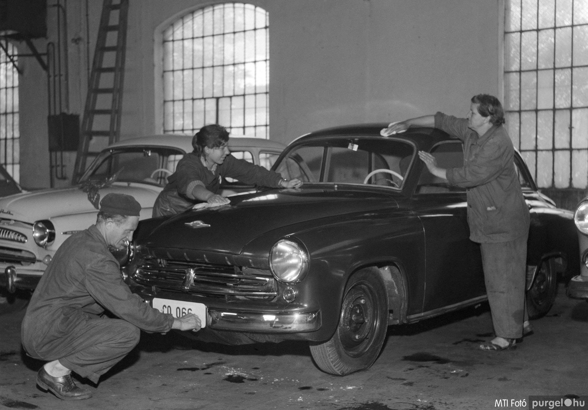 Lottó nyeremény autó átadása. Budapest, 1957. július 26.